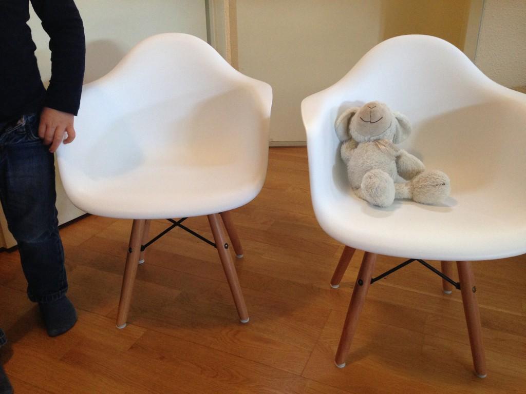 ... kinder stoelen. Voor de babykamer bestelde we een eames schommelstoel