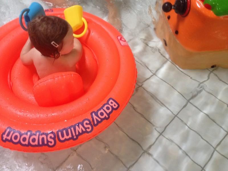 Zwemmen met een dreumes