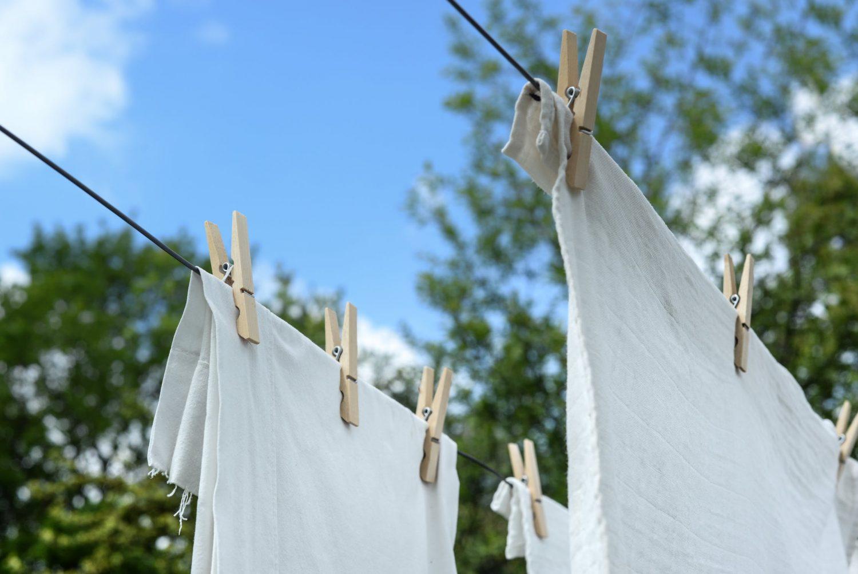 Zo verwijder je gele vlekken uit witte kleding